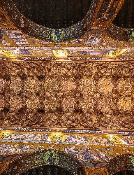 Les muqarnas ou nids d'abeilles du plafond de la chapelle Palatine à Palerme.