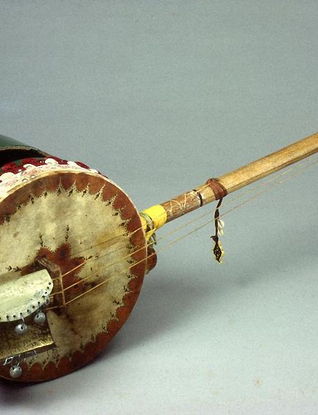 Geumbri: Instrument à cordes pincées, à deux cordes