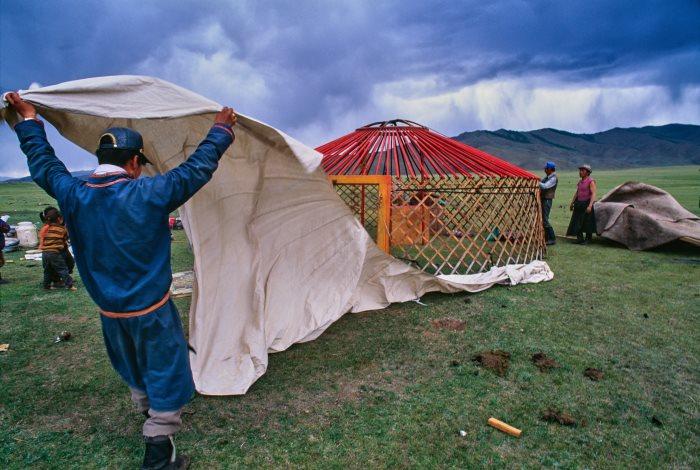 Nomade de Mongolie préparant sa ger ou yourte traditionnelle