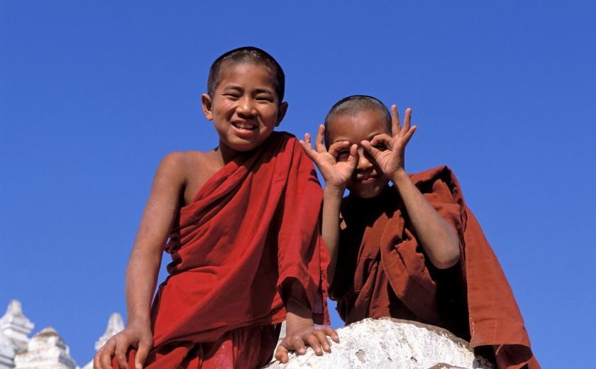 Deux enfants moines birmans jouant dans un temple
