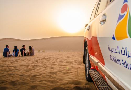groupe-admirer-mysterieux-desert-dune-coucher-soleil