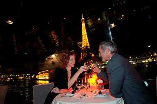 diner-croisiere-romantique-avec-champagne-paris