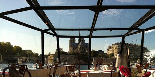 marina-tables-et-chaises-vitres-avec-diner-croisiere
