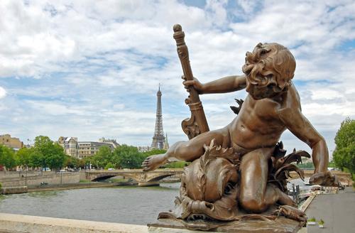 statue-pont-franchissant-la-seine-et-la-tour-eiffel