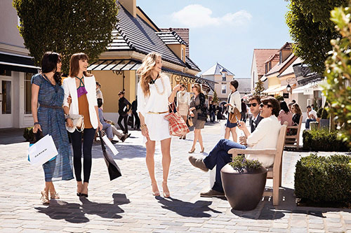 shopping-vallee-village-outlet-avec-transport-bus-luxe