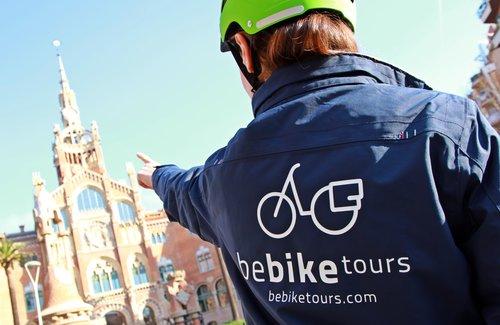 cycliste-devant-sagrada-familia-e-bike-barcelone