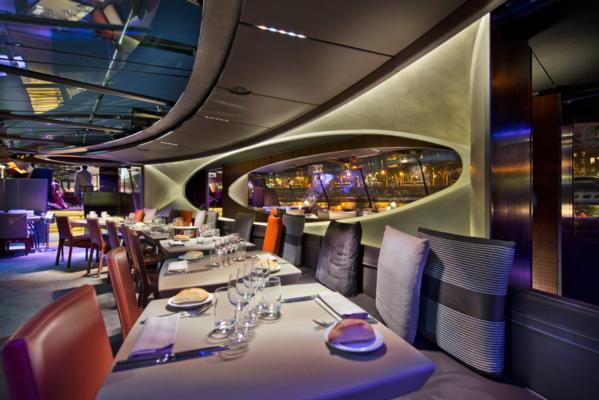 bateaux-parisiens-mise-en-scene-artistique-gastronomie