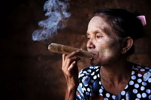 a-birmanie-pagan-vieille-femme-go