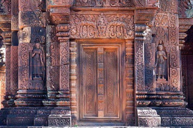 a-cambodge-angkor-banteay-srei-temple-porte-go
