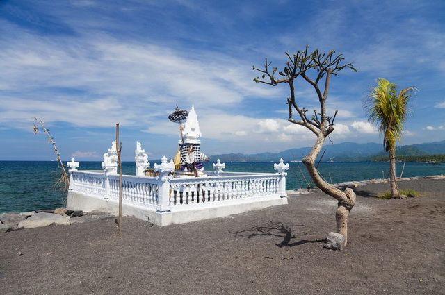 a-indonesie-bali-candidasa-plage-et-temple-go