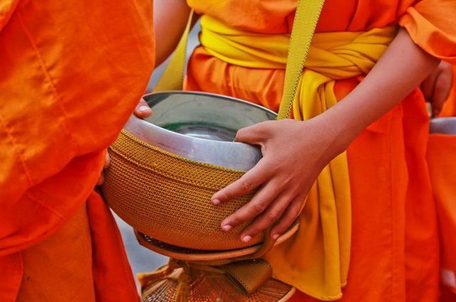 a-laos-luang-prabang-moines-aumone-4-go