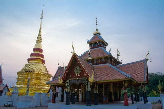 a-thailande-lampang-wat-pong-sanuk-3-go