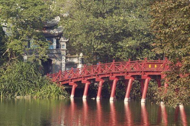a-vietnam-hanoi-lac-hoan-kiem-pont-the-huc-2-go