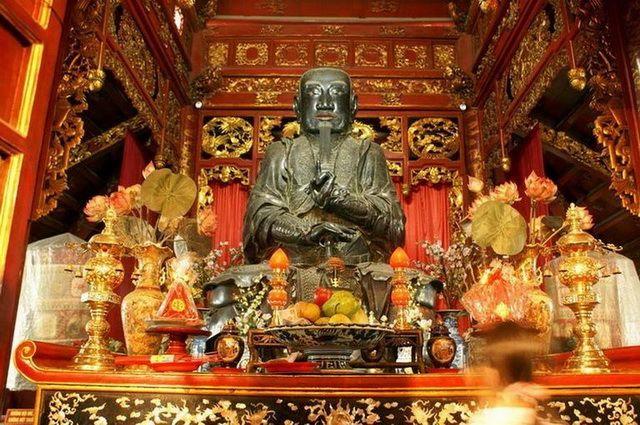 a-vietnam-hanoi-temple-1-go