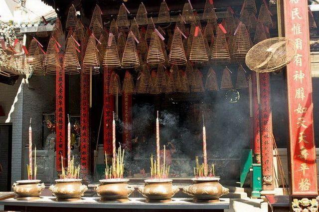 a-vietnam-ho-chi-minh-temple-encens-2-go