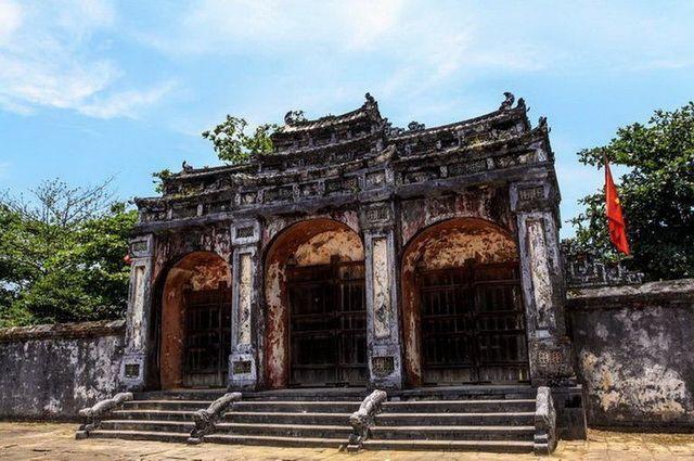 a-vietnam-hue-tombeau-de-minh-mang-3-go